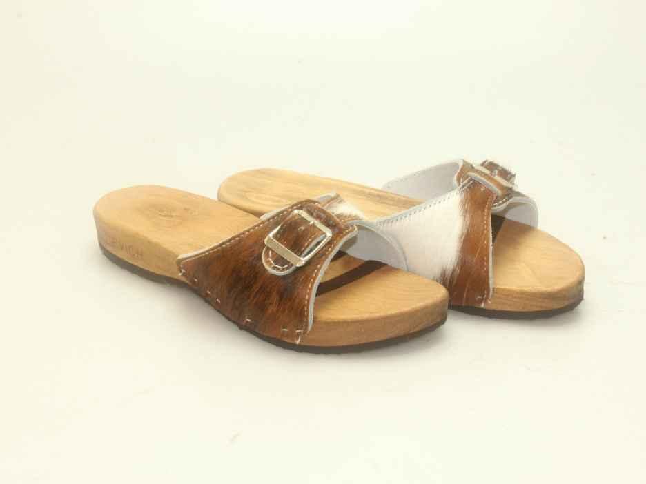 Bewegliche Sandale mit einem Riemen in Fell